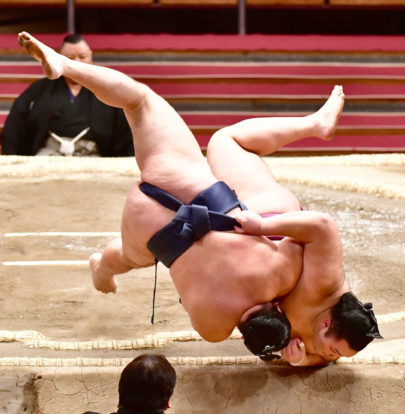Asanoyama touche le sol avant Kakuryû