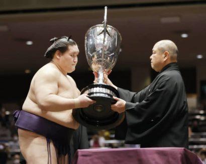 Terunofuji reçoit la coupe de l'Empereur