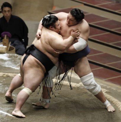 Terunofuji essaye de résister à Takakeishô pendant le kettei-sen