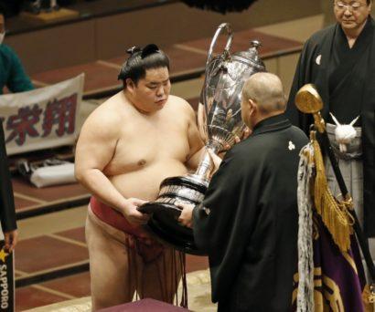 Daieishô reçoit la coupe de l'Empereur des mains du président de la NSK