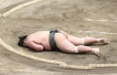 Hibikiryu allongé sur le dohyo