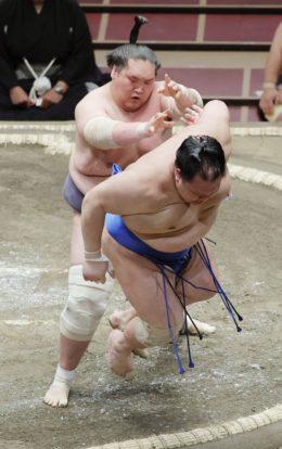 Terunofuji expulse Hokutofuji