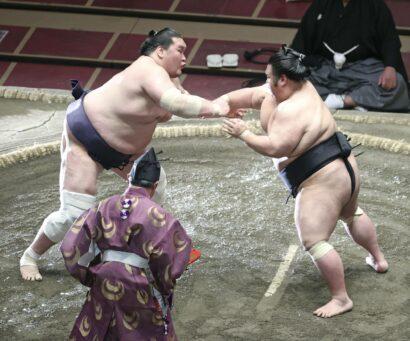Les ôzeki Terunofuji (à gauche) et Takakeishô s'affrontent lors de leur combat éliminatoire du championnat à la fin du tournoi d'été le 23 mai au Ryogôku Kokugikan à Tokyo.