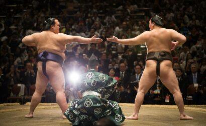 Yokozuna Kisenosato (à gauche) et Hakuho exécutent une rare cérémonie de sandangamae le 4 octobre 2017 au Ryogoku Kokugikan à Tokyo.