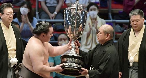 J15 – Le combat des chefs remporté par Hakuhô