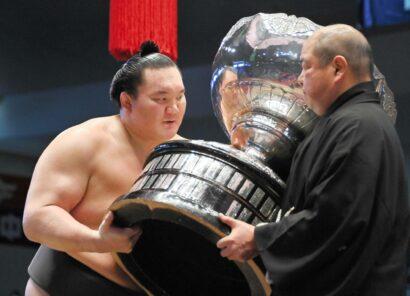 Hakuho accepte la Coupe du Premier ministre des mains du président de l'Association japonaise de sumo, Hakkaku, après avoir remporté le Nagoya Basho en juillet, son 45e et dernier titre avant de prendre sa retraite.