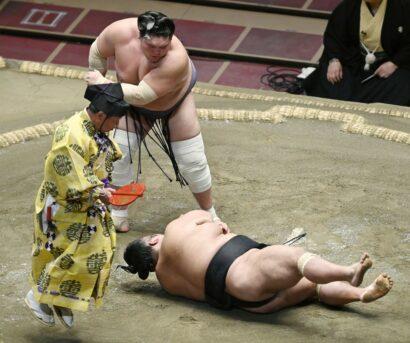 Terunofuji renvoie au sol Takakeisho