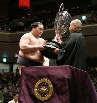 La coupe de l'Empereur pour Terunofuji