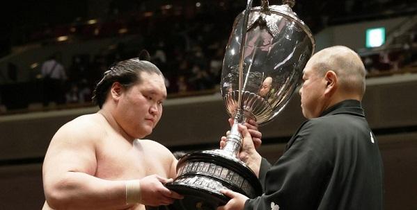 J15 – Premier combat en tant que yokozuna et premier yushô!