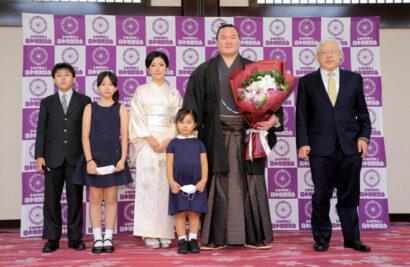 Hakuho avec sa famille et son oyakata